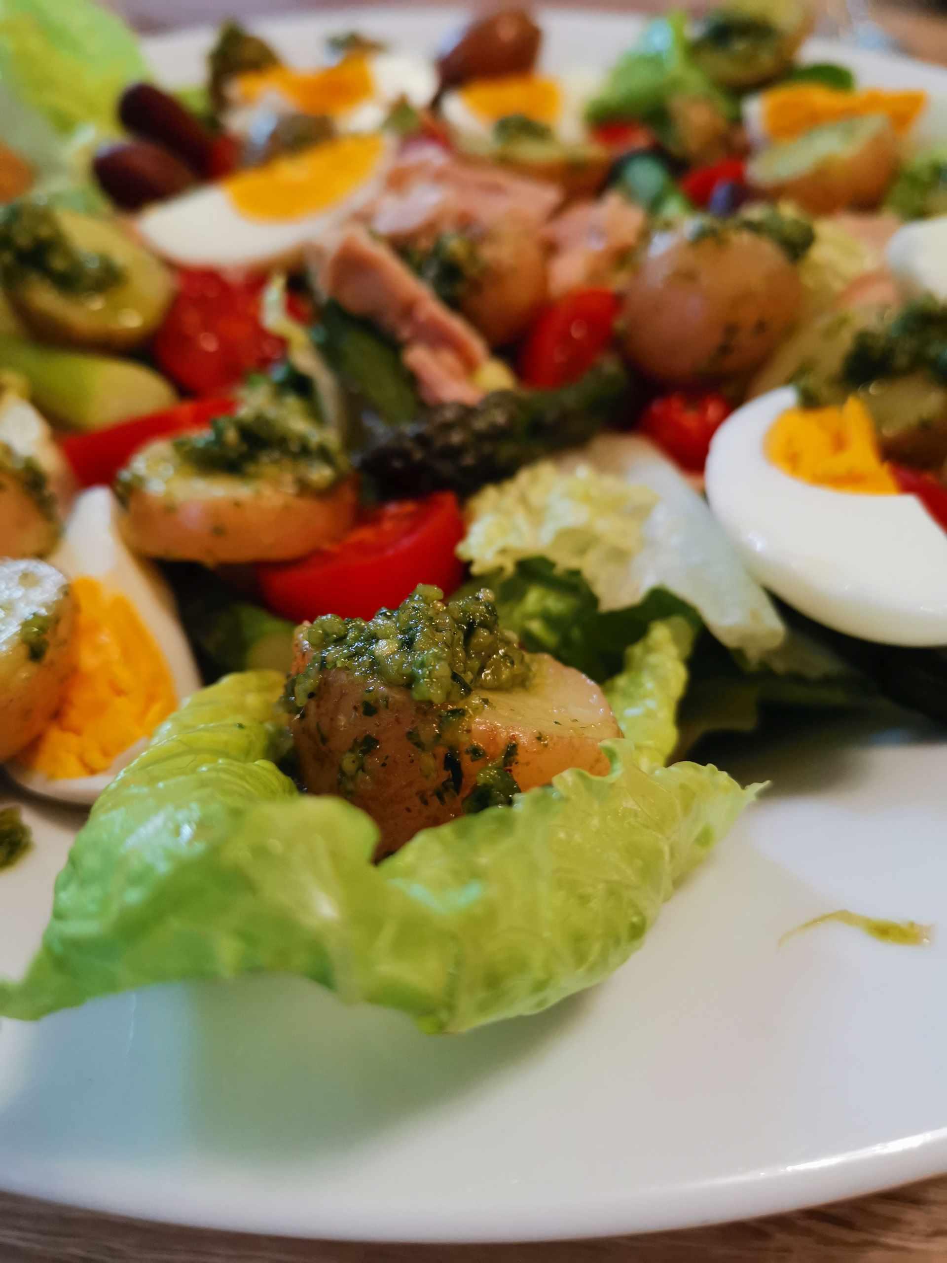 Pesztós-spárgás nizzai saláta